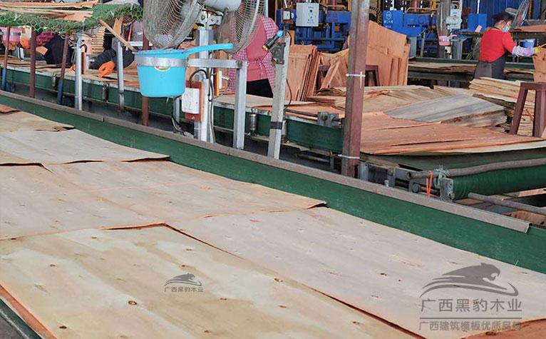 广西多层板厂观察面板的材质和厚度